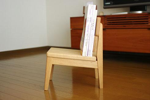 マガジンラックになる子供椅子
