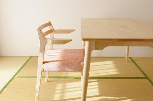 ルンバが通るメープル材のアーム椅子
