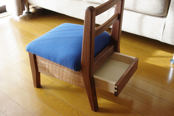 引出し付き 木の子供椅子