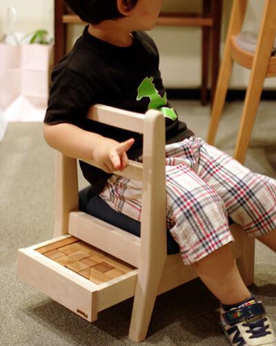 木のかわいい子供椅子