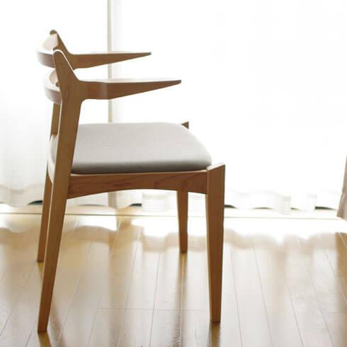 チェリー材のアーム椅子