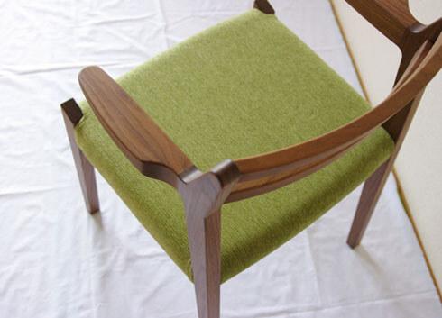 ウォールナット材のアーム椅子