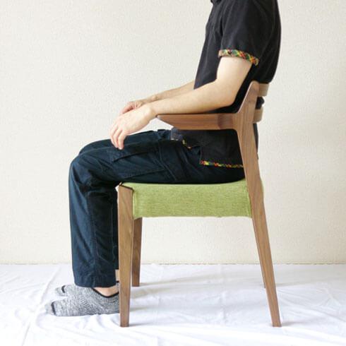 ルンバが通る木のアーム椅子