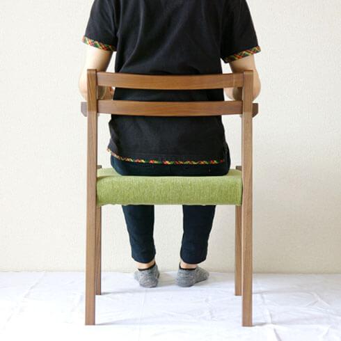 ルンバが通る無垢材アーム椅子