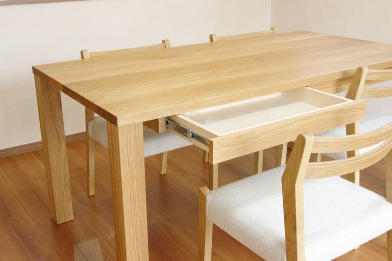 無垢材のダイニングテーブル