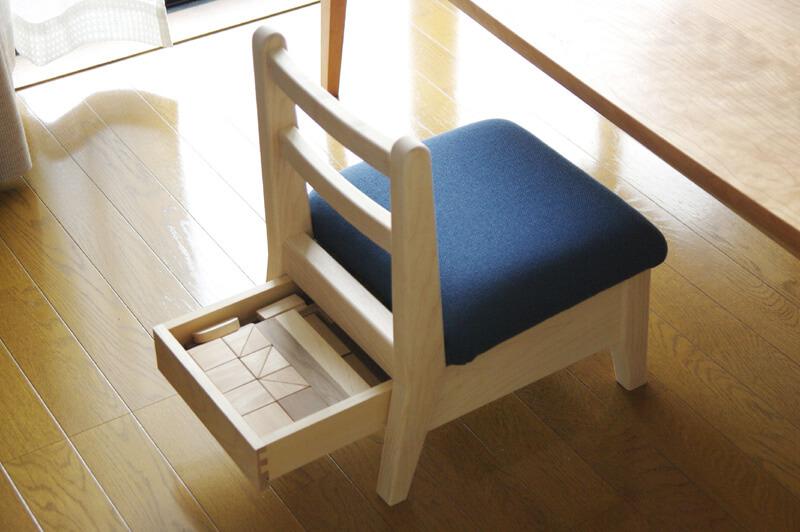 引出し付きの子供椅子