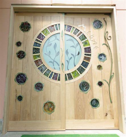 クルミ材で製作した幼稚園の無垢材扉