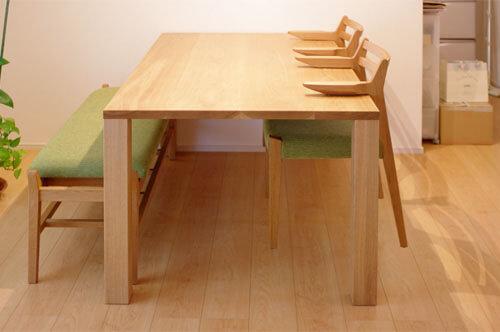 ルンバが通る椅子とダイニングテーブル