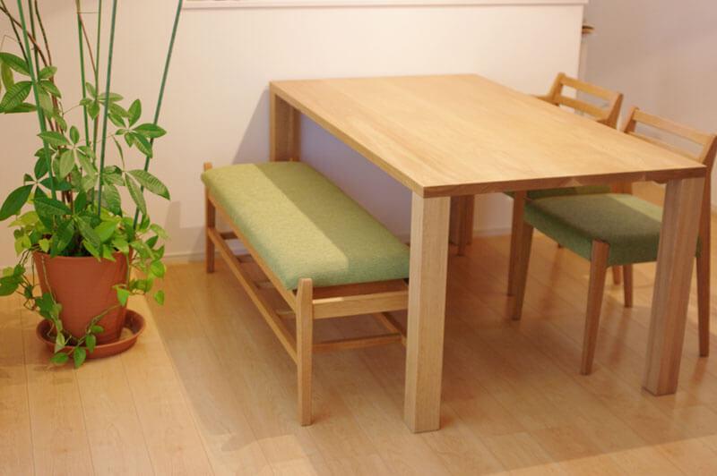 無垢材ダイニングテーブルとベンチのセット