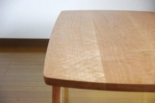 はぎ板のテーブル